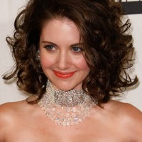 Alison Brie Haircut: Beautiful Curly Hairstyle for Homecoming