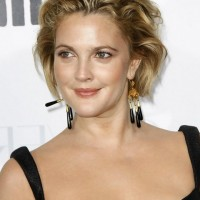 Drew Barrymore Short Messy Hairstyle for Round Faces