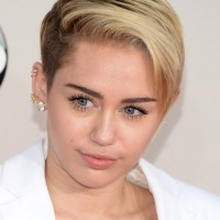 Miley Cyrus Side Parted Short Blonde Straight Hairstyle for Girls