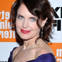 Elizabeth McGovern Short Wavy Hairstyle with Bangs for Women Over 50
