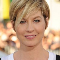 Jenna Elfman Short Straight Haircut with Side Swept Bangs for Summer