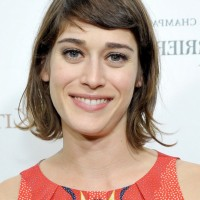 Lizzy Caplan Short Wavy Hairstyle with Side Swept Bangs for Summer